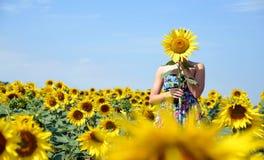 Mädchen im Sonnenblumenfeld Lizenzfreie Stockbilder