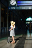 Mädchen im Sonnenhut im Warteraum der Bahnstation Stockbild