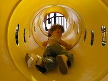 Mädchen im Spiel-Tunnel Stockfotografie