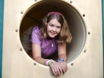 Mädchen im Spielplatztunnel Lizenzfreie Stockfotos