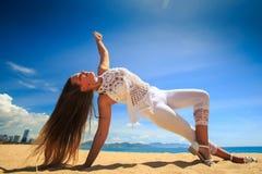 Mädchen im Spitzewind rüttelt Haaryoga asana Armbalancen-Beinkreuz Stockbild