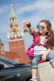 Mädchen im stilvollen Kleid und in der Sonnenbrille nahe dem Kreml Stockfoto
