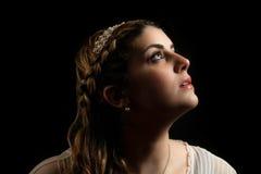 Mädchen im Stirnband, das oben Luft untersucht Lizenzfreies Stockfoto