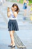 Mädchen im Straßenbrunnen Lizenzfreie Stockfotografie