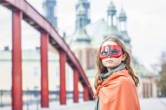Mädchen im Superheldkostüm lizenzfreie stockfotografie
