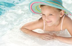 Mädchen im Swimmingpool lizenzfreie stockfotos