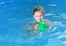 Mädchen im Swimmingpool stockbild