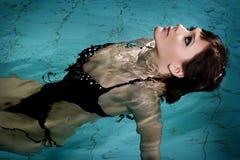 Mädchen im Swimmingpool lizenzfreie stockfotografie