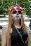 Mädchen im traditionellen Schädelkostüm im Zombie-Weg Sao Paulo Lizenzfreie Stockfotos