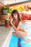 Mädchen im tropischen Poolstab Lizenzfreies Stockbild
