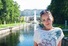 Mädchen im untereren Park des Peterhof Lizenzfreie Stockfotos