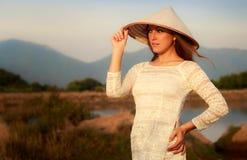Mädchen im vietnamesischen Hut gegen Seen bringen Berge unter Lizenzfreies Stockfoto