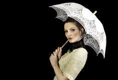Mädchen im viktorianischen Kleid, das einen Spitzeregenschirm hält Lizenzfreie Stockbilder
