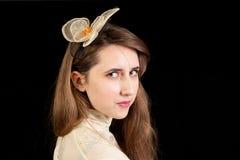 Mädchen im viktorianischen Kleid mit Haarstück Lizenzfreie Stockfotos