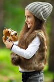 Mädchen im Wald Stockfotos