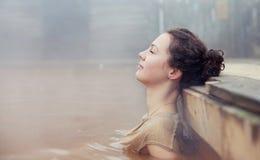 Mädchen im Wasser Stockbild