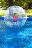 Mädchen im Wasserball Stockfotografie