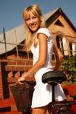 Mädchen im Weiß mit Fahrrad stockfotografie