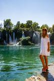 Mädchen im Weiß nahe Kravice-Wasserfall Bosnien Lizenzfreie Stockbilder