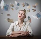 Mädchen im Weiß und im Euro Lizenzfreies Stockfoto
