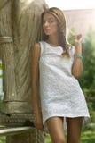 Mädchen im weißen Kleid stockfotos