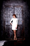 Mädchen im weißen Kleid Stockfotografie