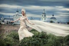 Mädchen im weißen Kleid auf Hintergrund der Kirche lizenzfreie stockbilder
