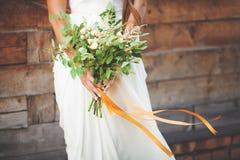 Mädchen im weißen Kleid, das Blumenstrauß in den Händen hält Lizenzfreies Stockbild