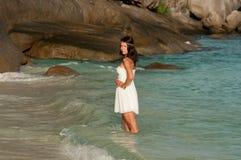 Mädchen im weißen Kleid ist im Meer, Similan-Inseln, Thailand stockbild