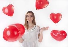 Mädchen im weißen Kleid mit Herz-förmigen baloons Stockbilder