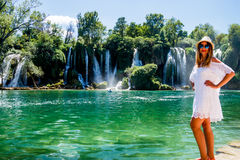 Mädchen im weißen Kleid nahe Kravice-Wasserfall Bosnien Lizenzfreies Stockbild