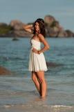 Mädchen im weißen Kleid wirft im Meer, Similan-Inseln, Thailand auf lizenzfreie stockfotos