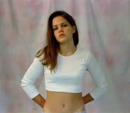 Mädchen im weißen Midriff-Hemd Stockbilder