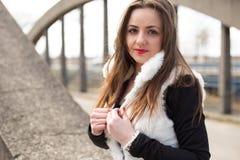 Mädchen im weißen Pelzmantel lizenzfreie stockfotos