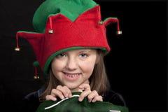 Mädchen im Weihnachtselfhut Stockfotos