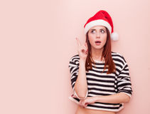 Mädchen im Weihnachtsmann-Hut Stockfotografie