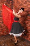 Mädchen im Weinlesekleid, das nahe Backsteinmauer tanzt lizenzfreie stockfotografie