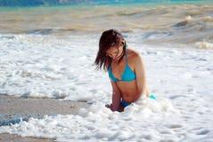 Mädchen im Wellenschaum Stockfotos