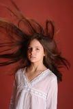 Mädchen im Windfliegenhaar Stockfoto