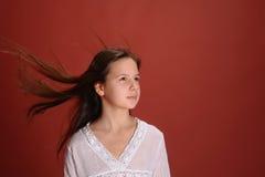 Mädchen im Windfliegenhaar Stockfotos
