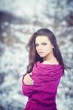 Mädchen im Winter-Park Stockfotos