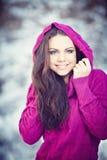 Mädchen im Winter-Park Lizenzfreie Stockfotos