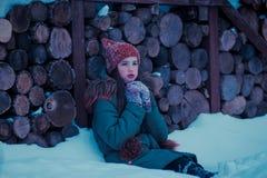Mädchen im Winterfoto Weiße Schneeflocken auf einem blauen Hintergrund lizenzfreies stockfoto