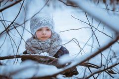 Mädchen im Winterholz stockfoto