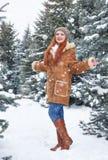 Mädchen im Winterpark am Tag E Rothaarigefrau in voller Länge Stockfotos