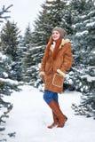 Mädchen im Winterpark am Tag E Rothaarigefrau in voller Länge Stockbilder
