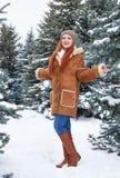 Mädchen im Winterpark am Tag E Rothaarigefrau in voller Länge Stockfoto