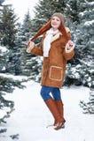 Mädchen im Winterpark am Tag E Rothaarigefrau in voller Länge Lizenzfreies Stockbild