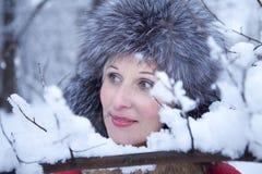 Mädchen im Winterpelzhut Lizenzfreie Stockfotos
