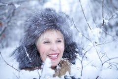 Mädchen im Winterpelzhut Stockfotos